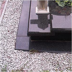 Ozdobne kamienie przy nagrobkach